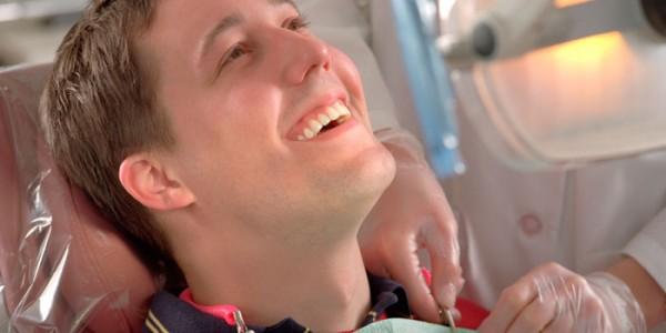 Счастливый пациент со здоровыми зубами