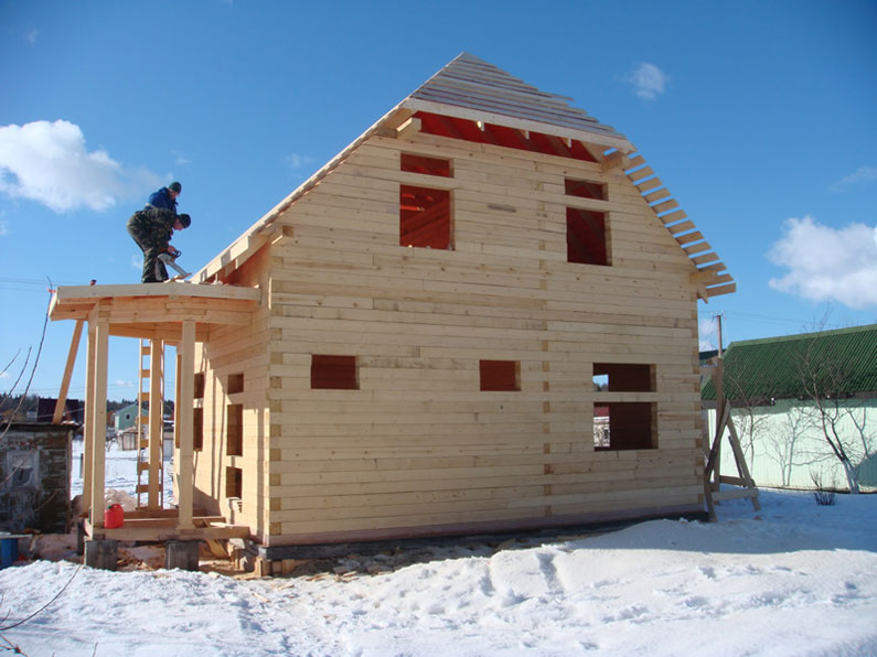 Стройка: деревянный дом зимой