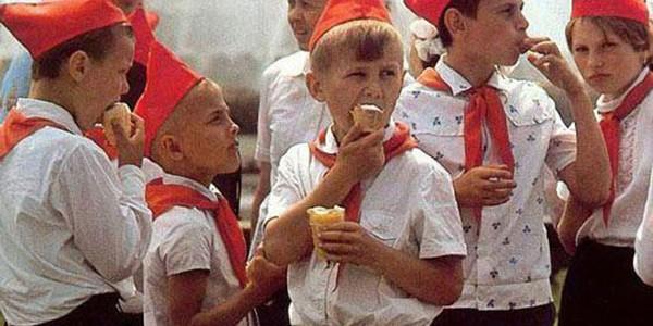 Пионеры кушают мороженое