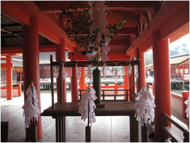 Рис. 4 – Храм, увешанный гохеями
