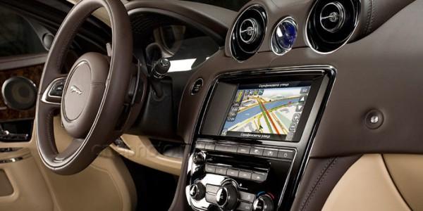 Встроенный приёмник спутниковой навигационной системы в автомобиле